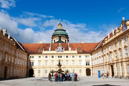 Het imposante klooster van Melk, Oostenrijk. Riviercruise Donau. De Donaucruise doet onder meer Wenen, Bratislave, Melk, Passau, en Boedapest aan
