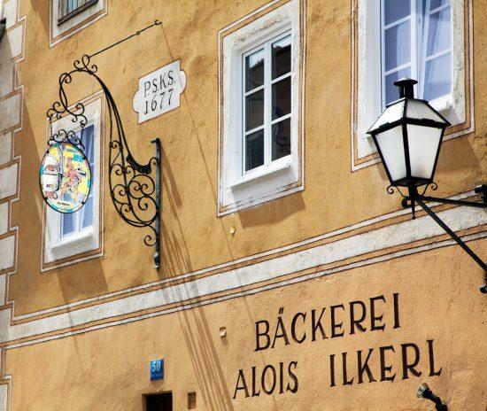 Versgebakken broodjes haal je bij de ambachtelijke bakkerij in Stein. Riviercruise Donau. De Donaucruise doet onder meer Wenen, Bratislave, Melk, Passau, en Boedapest aan