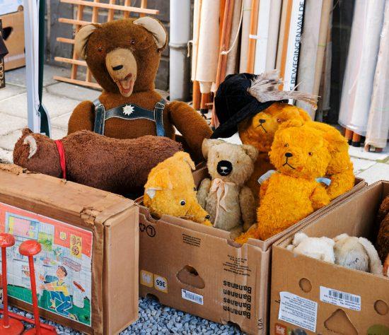 Ook berenverzamelaars kunnen terecht op de vlooienmarkt van Temploux. Rommelmarkt in Temploux, wallonie, Belgie, brocantemarkt, vlooienmarkt