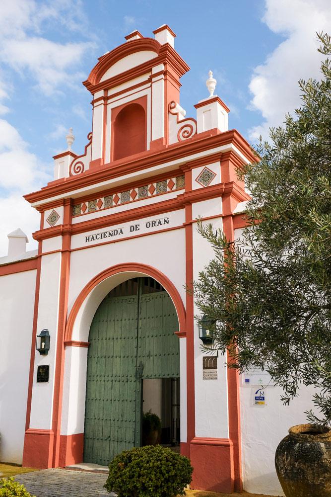 . Budgettips Sevilla,De entree van hotel Hacienda de Oran. Spanje, stedentrip, hotspots