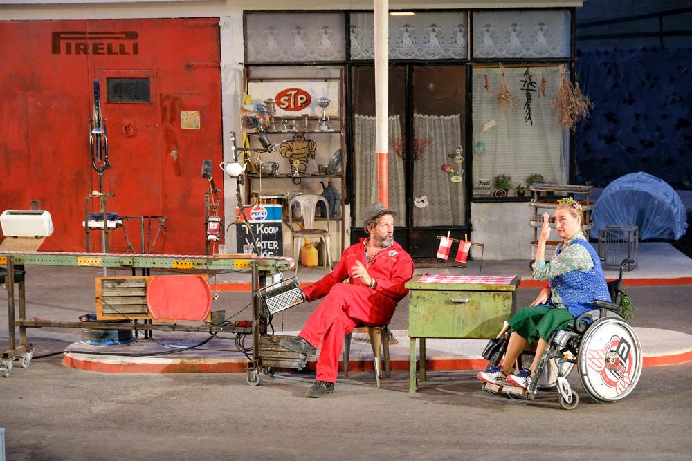 Bijzondere openluchtvoorstelling van theatergezelschap Via à Vis . Duurzame stedentrip Almere, Flevoland, Nederland, staycation