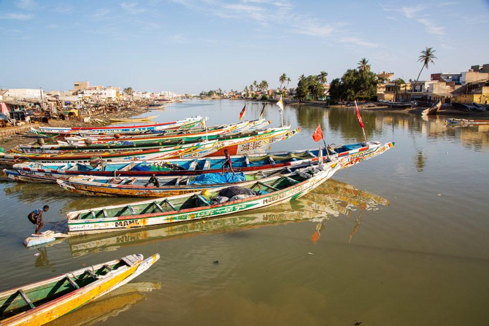 Vissersboten in Saint-Louis. Rondreis Senegal, Afrika, tips vakantie