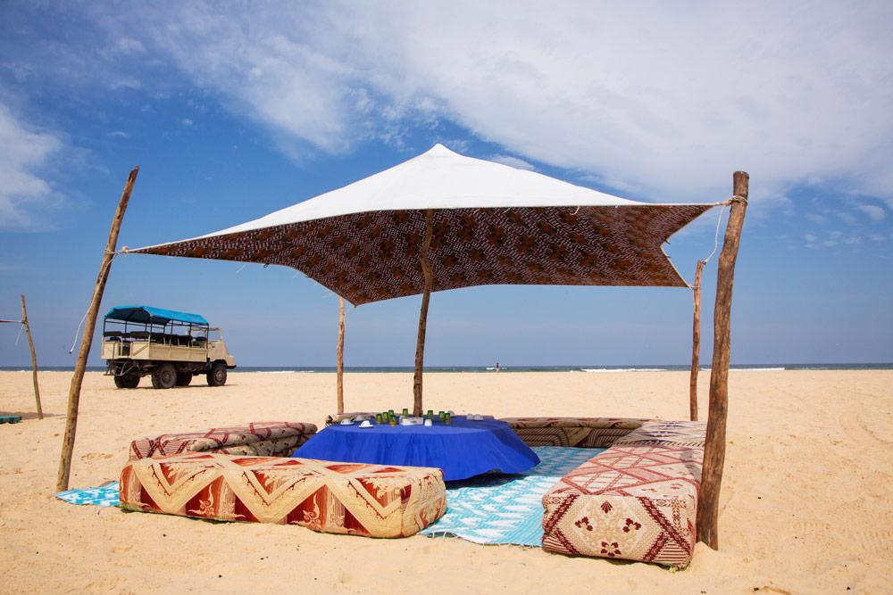 Een loungeplekje op het weidse strand van Senegal. Rondreis Senegal, Afrika, tips vakantie