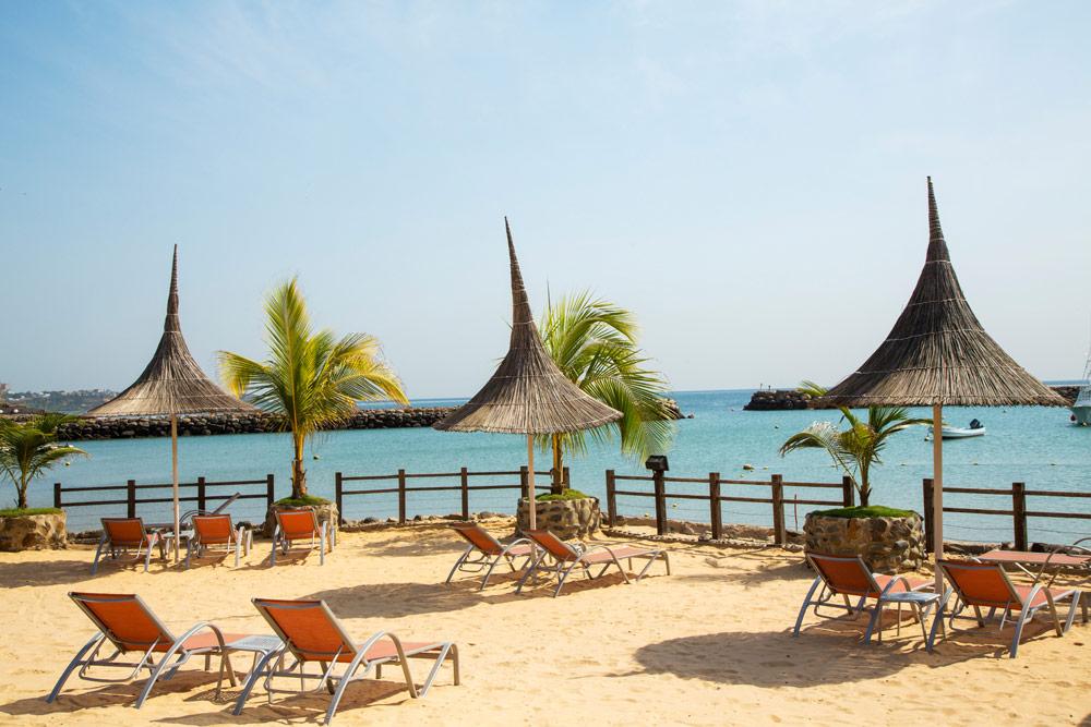 Relaxen bij een van de hotels aan het strand. Rondreis Senegal, Afrika, tips vakantie