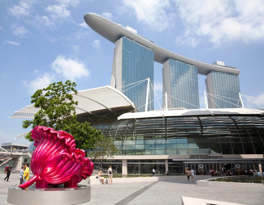 De skyline van Singapore met het Marina Bay Sands Hotel met zwembad op het dak. Stedentrip Singapore, bezienswaardigheden en hotspots