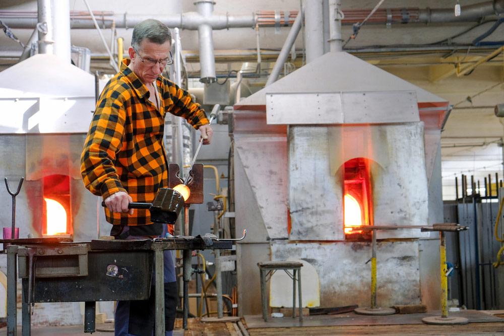 Glasblazers aan het werk bij Julia, Neder-Silezie. Rondreis Neder-Silezie, Polen, roadtrip