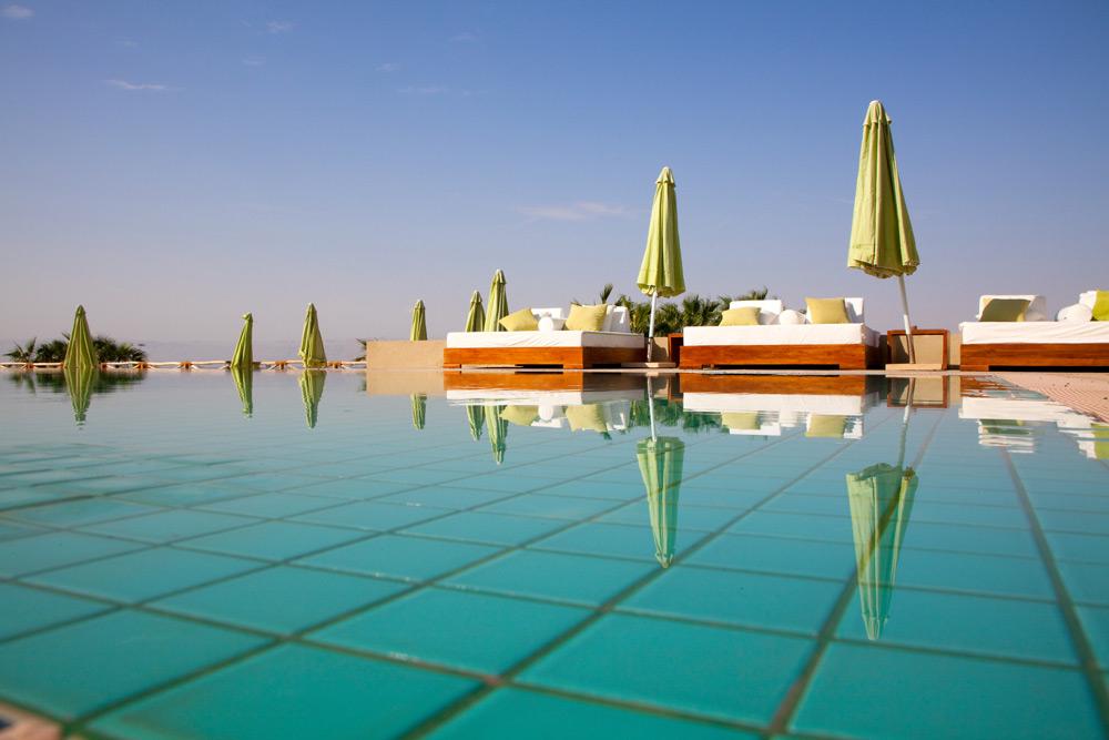 Luxe relaxen bij de Dode Zee bij O Beach. Rondreis Jordanie met Wadi Rum, Petra, Dana reserve en de Dode Zee