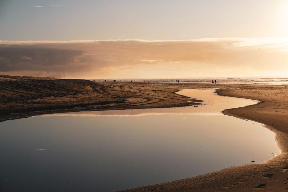 Wat een serene plek, de lagune van Camperduin. Het strand met de lagune van Camperduin, Nederland