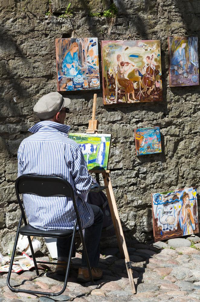 Lokale kunstenaars verkopen hun werk in Tallinn. Cruise Baltische Zee, Tallinn, Estland, stedentrip