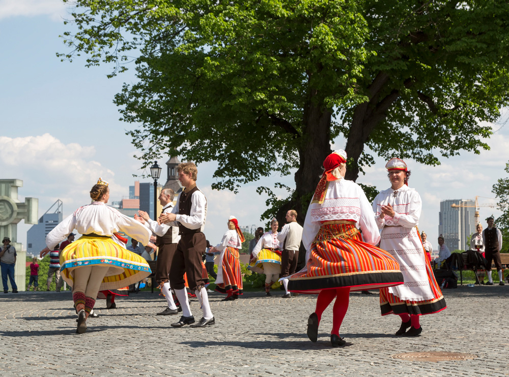 Dansvoorstelling in kleurrijke traditionele kostuums. Cruise Baltische Zee, Tallinn, Estland, stedentrip