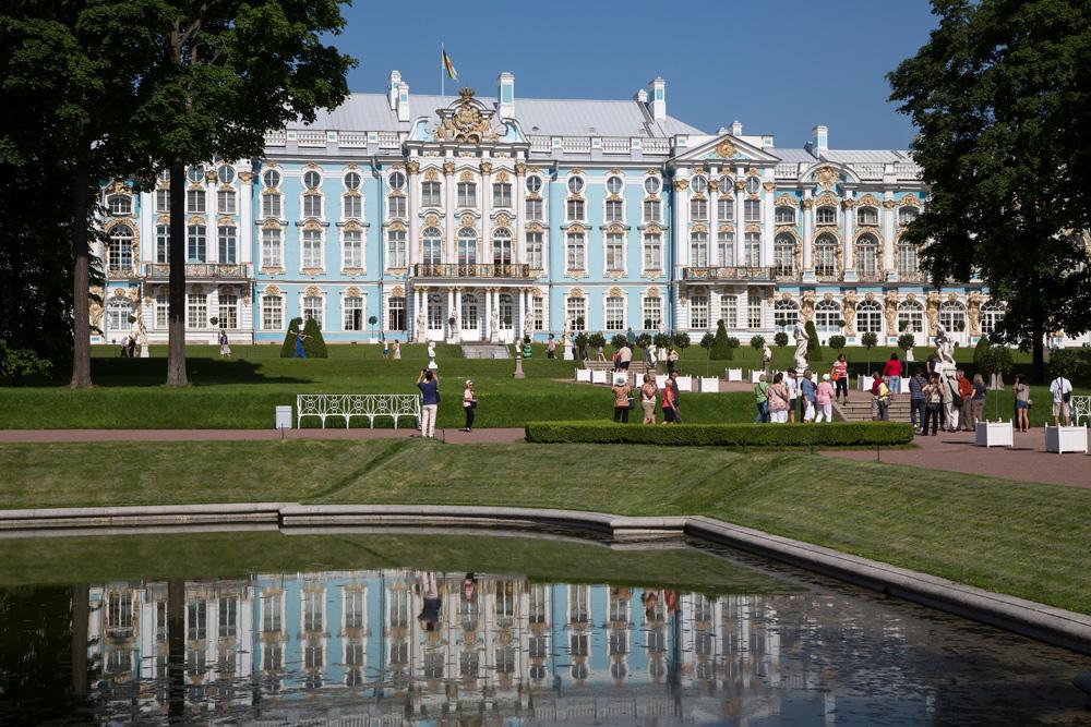 Dubbel zo mooi, het Catharinapaleis weerspiegeld in de vijver. Het Catherinapaleis in Pushkin