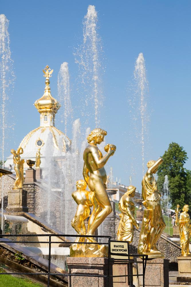 Gouden fonteinen langs de trappen van Peterhof. Peterhof paleis net buiten Sint Petersburg, Rusland
