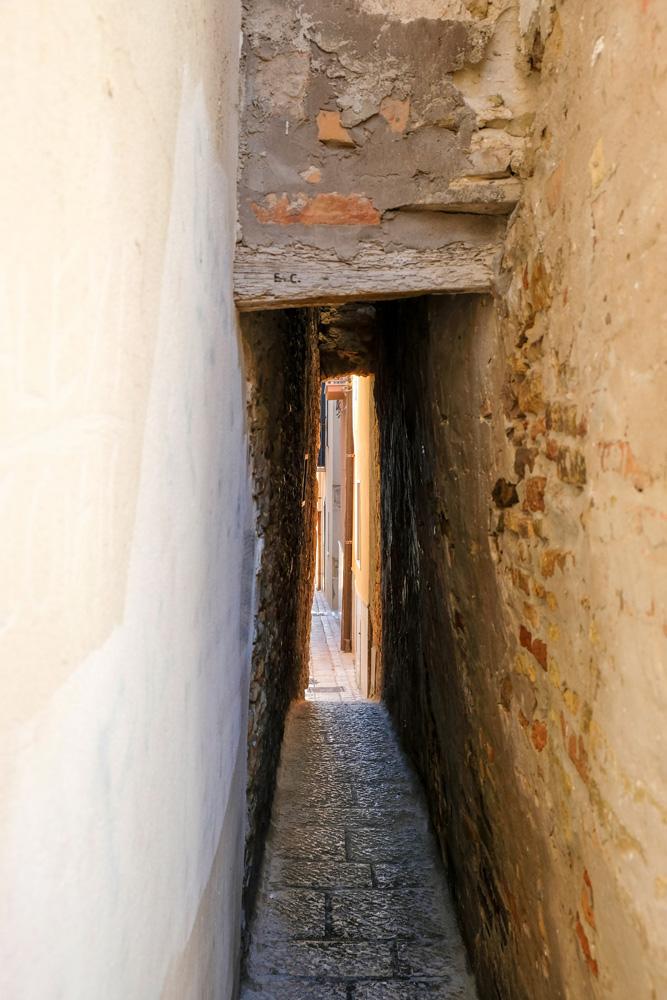 A Rejecelle, met een breedte van 34 centimeter de smalste straat in stad. Termoli, Molise, Zuid-Italie, rondreis, kustplaats, zomervakantie