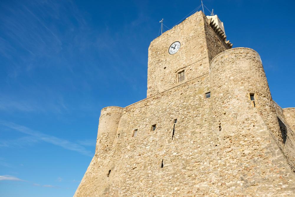 Vanaf het strand zie je altijd kasteel Sveva. Termoli, Molise, Zuid-Italie, rondreis, kustplaats, zomervakantie