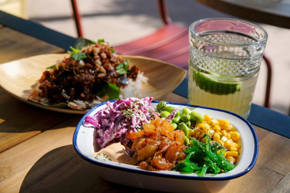 Poké bowl en sticky aubergine, street food om te delen. Restaurant Bar Kartel - little Kitchen op de Overtoom in Amsterdam, street food