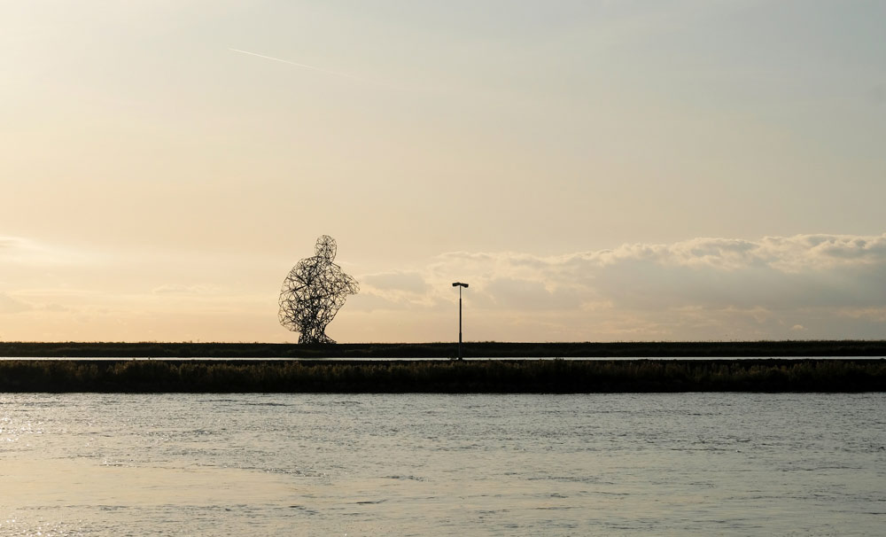 land art werk Exposure (ofwel de Bukkende man) van Antony Gormley. Tips voor attracties in Lelystad