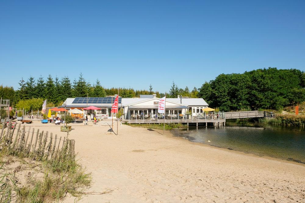 Fiets stallen en uitrusten op een strandje bij Netl.. Wandelen en fietsen in Flevoland